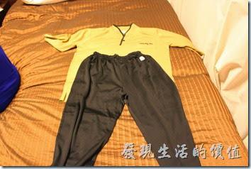 日本北九州-博多祇園Hotel東名inn。飯店提供免費澡堂給房客使用,所以客房內有提供兩套輕便的衣服供房客使用。