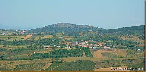Vista da aldeia de Vale de Porco. Foto foi tirada da serra em maio de 2011. (clique para aumentar)