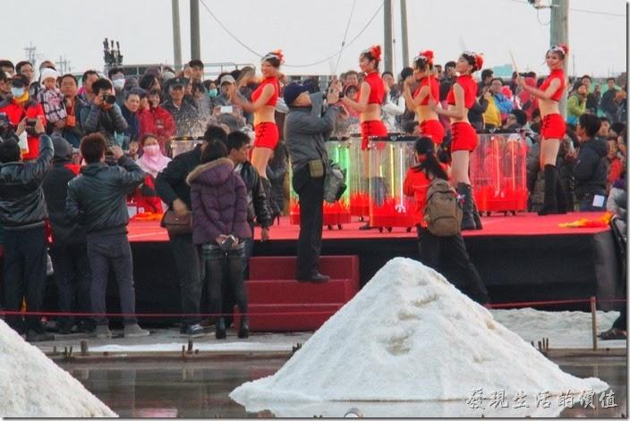 台南-2013井仔腳瓦盤送夕陽。水鼓躍舞,舞者隨著音樂敲擊水面濺起水花。老冷啊!旁邊的民眾都包著大衣,但舞者扔然賣力演出。