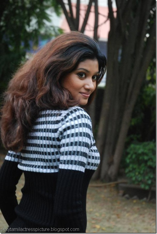 oviya-helen-exposing-boobs-pic