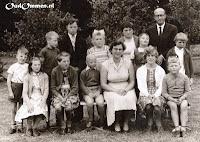 Waarschijnlijk de eerste Boslust foto: de hele school met juf Kassies en J.P. Krepel