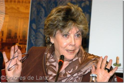 Paloma hablando en la presentación de un libro