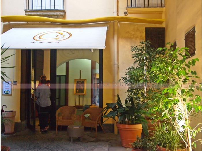 caravaggio hotel napoli entrance