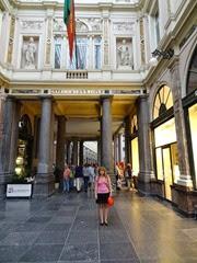 2014.08.03-089 Stéphanie dans les galeries royales Saint-Hubert