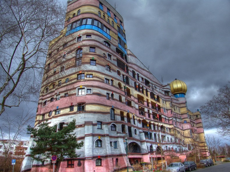Friedensreich hundertwasser s strange architecture for Architecture hundertwasser