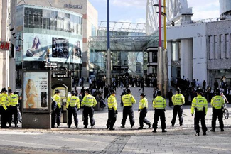 Полицейские в центре возле Bull Ring