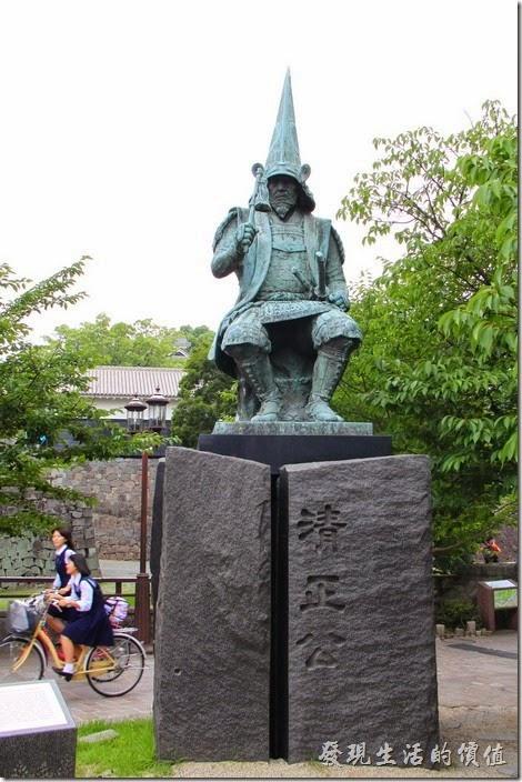 在「熊本城」外有座「清正公」的塑像,還有其事蹟的大致介紹,因為這座熊本城正是由「加藤清正」所建造,雖然現在大部分建築都是重新修復的。