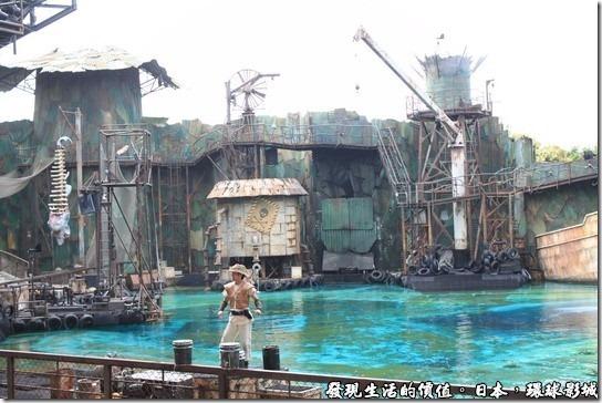 日本環球影城-水世界,水世界的主持人正在前面賣力的講解並娛樂觀眾。