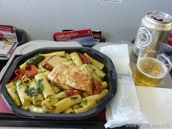 куриная грудка с макаронами и шпинатом в голландском соусе