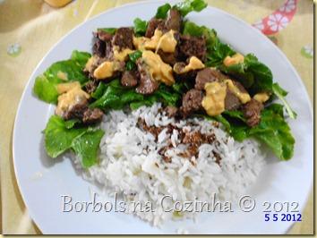 salada de rcula com fgado de galinha e molho cheddar