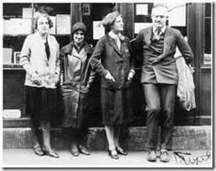 Ernest Hemingway devant Shakespeare and Company, avec Sylvia Beach et Adrienne