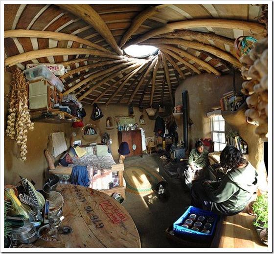 Foto panorâmica do interior da casa feita em COB por Brian Liloia na Ecovila The Dancing Rabbit - EUA