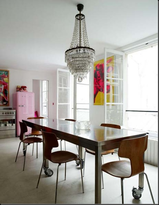 cocina con mesa con ruedas sillas madera y araña techo