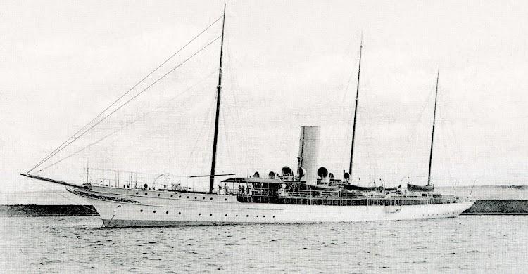 Aspecto del GIRALDA casi en estado de origen. Foto del libro 50 AÑOS DE RETRATO NAVAL MILITAR. (1870-1920).jpg
