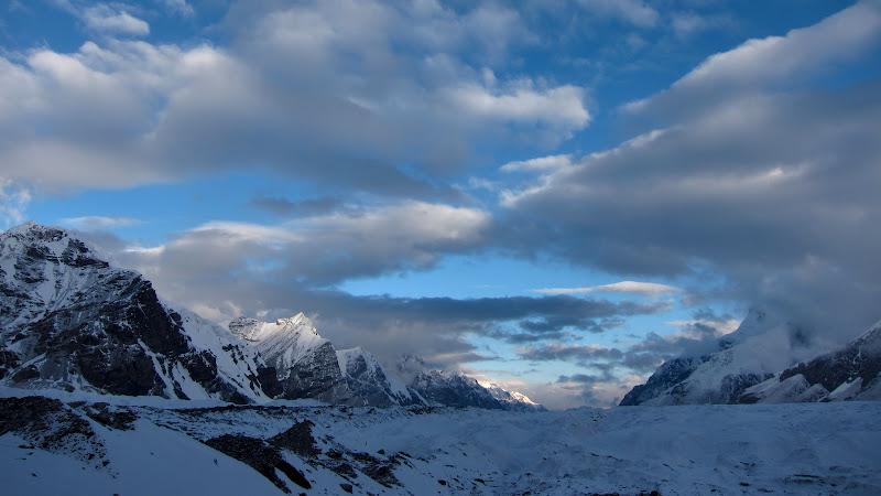 Aproape de inceputul ghetarului Engilcheck, ce se prelungeste cu o vale glaciara de aproape 100 de kilometri.