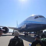 Laurence devant le Boeing 787