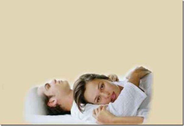 Casal abrazados en la cama  TG