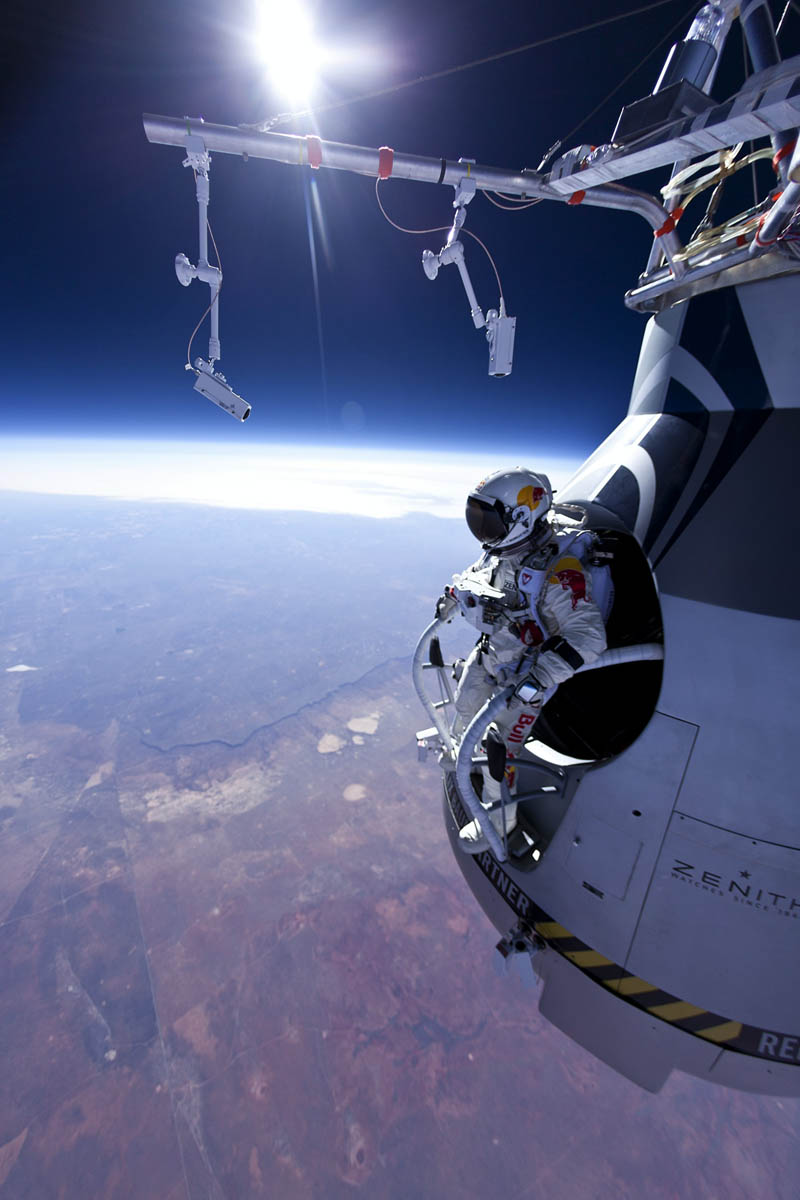 Felix baumgartner jumps 71580 ft red bull stratos 1