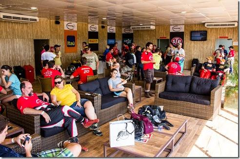 Participantes e convidados têm um confortável lounge à disposição (Crédito: Adriano Carrapato/Mitsubishi)