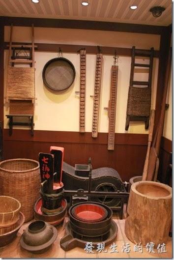 日本北九州-由布院-彩岳館。這家飯店的主人真的很喜歡收集一些古董,溫泉區有很多的商店招牌,這裏則有很多的農家器具。