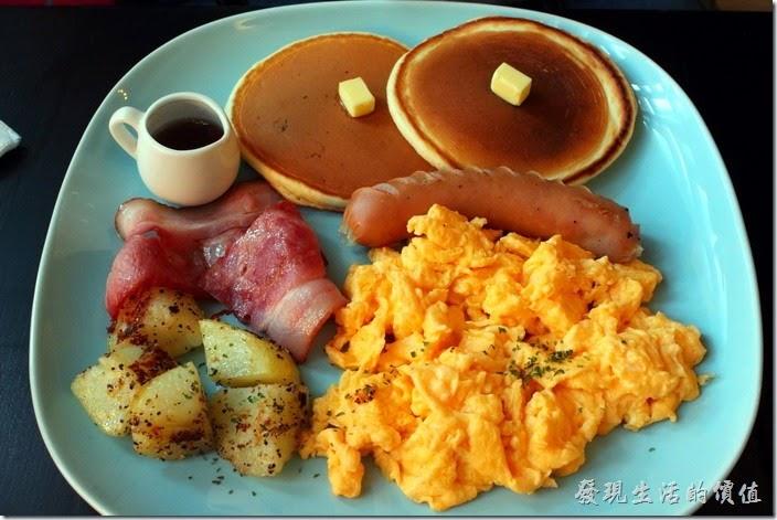 台南-PS-Cafe-Brunch。這是【美式鬆餅餐】早午餐的主菜,NT$200。有兩片鬆餅、炒蛋、一片培根肉、煎過馬鈴薯塊與一條德國香腸。鬆餅好吃,雖然我很喜歡吃「炒蛋」,不過這裡的蛋炒起來就是普普而已,應該說沒有蛋的香味,個人的感覺啦!