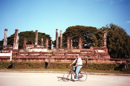 135. pe bicicleta la Sukhothai.jpg