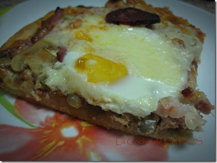 pizza de bacon, champiñón y huevo