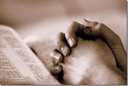 praying_hands_on_bible