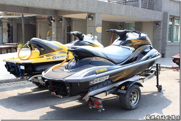 東港青洲濱海遊憩區,時值秋天,水上摩托車也只能停在陸地上了。