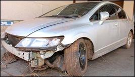 SP - ASSASSINATOS/RUA OSCAR FREIR/SUSPEITO - CIDADES - Peritos da Polícia inspecionam no pátio da Polícia Civil em Sertãozinho, interior de São Paulo, neste   domingo (28), o carro modelo Honda Civic do analista de sistemas Eugênio Bozola, morto na madrugada da   última terça-feira, que foi encontrado no bairro Áurea Gimenes, em Sertãozinho. O carro foi abandonado   após cair em um buraco e teve a lataria frontal danificada. O suspeito do crime, Lucas Cintra Zannetti Rossetti, 21   anos, continua foragido. Bozola,  de 52 anos, e o modelo Murilo Rezende da Silva, 21 anos, foram mortos a facadas na madrugada da última terça-feira (23), em um   apartamento na Rua Oscar Freire, no bairro de Pinheiros, em São Paulo.        28/08/2011 - Foto: LUIS CLEBER/AE/AE