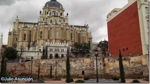 Muralla musulmana y catedral de la Almudena