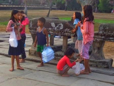 Todavía quedan niños vendiendo cosas en Angkor Wat