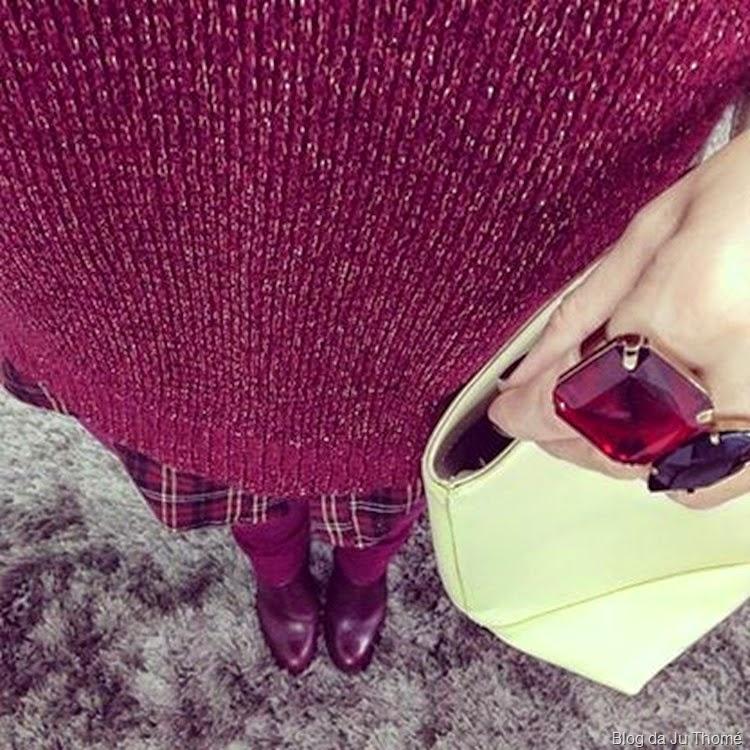 look burgundy, camisa xadrez e tricô metalico