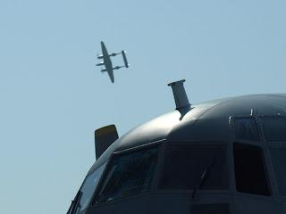 P-38L Lightning teamu Red Bulls a w dole kabina Herculesa