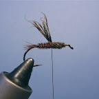 Drut pozostaje w miejscu mocowania, promienie nawijam do oczka haczyka i z powrotem.Tak powstaje thorax.
