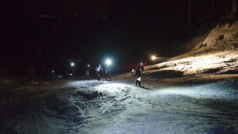 Atmosfera de la concurs, urcand prin noapte.