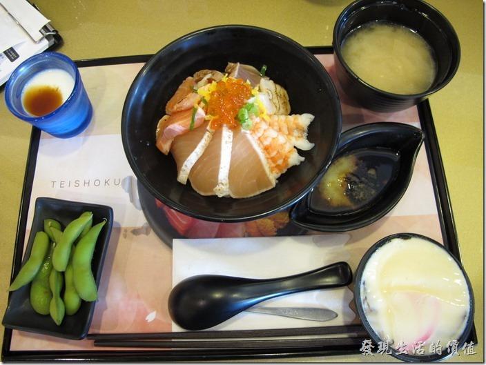 台南-定食8日式料理。海鮮燒雙丼,NT$180。附餐有漬物、茶碗蒸、味噌湯及甜點。