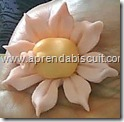 Flor de biscuit para lembrancinha de maternidade 3