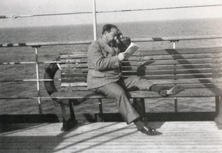 1934. Ex Ministro y Diputado a Cortes, Fernando de los Rios, descansa en cubierta en un viaje a Canarias. Del libro El Sueño de una Generación. El Crucero Universitario por el Mediterraneo de 1933.jpg