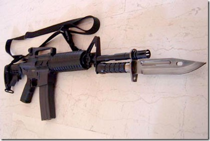 Baioneta montada em um M-16