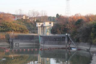 天端よりダム湖側の洪水吐を望む