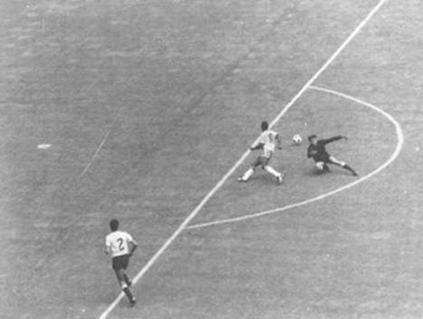 Pelé driblando Mazurkiewicz na Copa de 70