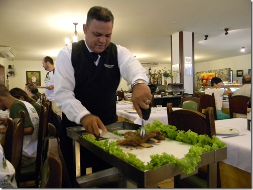 Costelão indo para a mesa Bufalo Branco Foz do Iguaçu