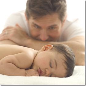 pai olhando filho mimindo