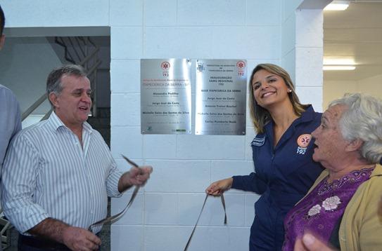 Prefeito Jorge Costa e superintendente Michelle descerraram placa inaugural