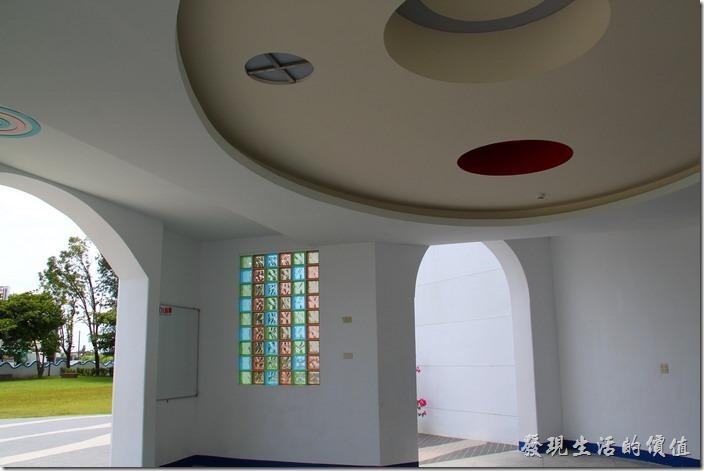 台東豐源國小-地中海造型學校。教學大樓的玄關。