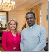 12- La Embajadora RHG junto al sacerdote que ofreció la bendición de la nueva Embajada dominicana