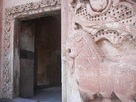 Leii stau de straja la palatul Ishak Pasha Dogubeyazit Anatolia Turcia