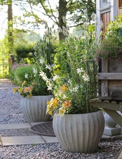 Blommor i urna. Foto: Erika Åberg