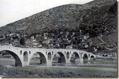 Ura me shumë harqe mbi lumin Osum, Berat.(foto, Franz Bespaletz)